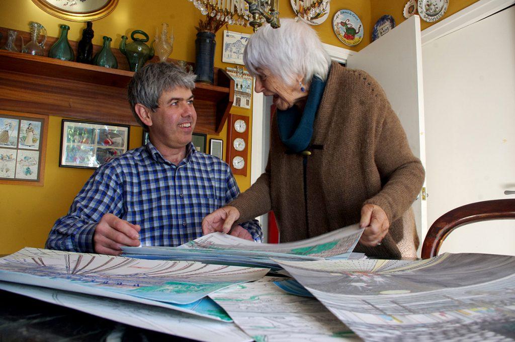 Lluís Erra i Pilarín Bayés comentant aspectes dels últims dibuixos de l'artista mallenc