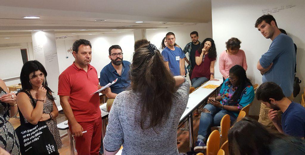 Sara Blázquez, a l'esquerra, durant una de les sessions de conclusions de la trobada